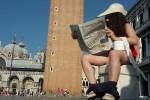 I goliardi si siedono su dei wc in giro per Venezia